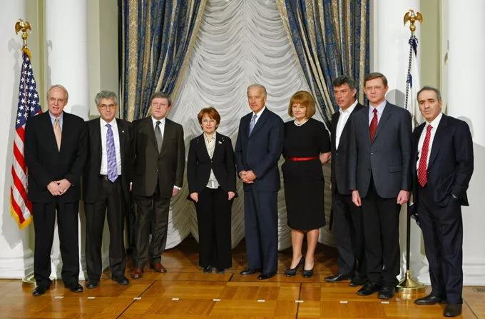 5-я колонна предателей России в посольстве США - за зарплатой-грантом