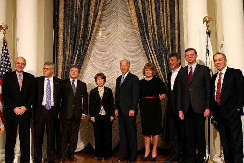 5-я колонна предателей России в посольстве США с Байденом в центре - за зарплатой-грантом
