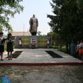 У памятника погибшим