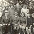 1975 год - Директор школы Буров В.И., зам. по уч.р. Печёнкина с учениками