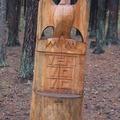 Деревянные статуи в питомнике