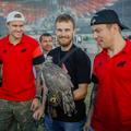 Хоккеисты  «Омского авангарда» с ястребом из питомника
