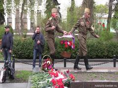 Киевские ветераны осмелились выйти с цветами к памятнику советскому генералу