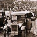 Зам. председателя клуба «АВТО-РЕТРО» Владимир Юмшанов на стадионе «Динамо» в Риге, у понравившихся ему автомобилей.