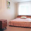 Двухкомнатная квартира находится в центре Гомеля, на улице Карповича, в 5-ти минутах ходьбы от Железнодорожного вокзала.