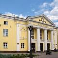 Гомельский цирк и Театр кукол расположены пососедству в центральной части современного Гомеля. Театр кукол расположен позади Пионерского сквера.