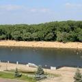 Гомельский пляж находится на противоположном берегу р. Сож, напротив Дворцово-паркового ансамбля. Попасть на него можно с центральной площади через пешеходный мост.