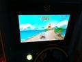 Встроенный в качалку видеоэкран с играми,во время катания ребенок еще управляет персонажем с помощью руля,собирает конфеты,монетки и объезжает препятствия